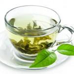 Tasse Grüner Tee mit Blättern