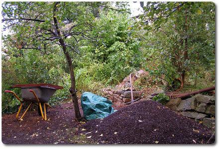 Ein Komposthaufen im Garten